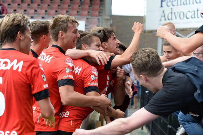 Helmond Sport viert de goal van Bodi Brusselers.