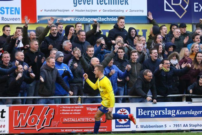 Martijn Brakke viert een doelpunt met de enthousiaste aanhang van Staphorst. Zoals het achttien jaar is geweest.
