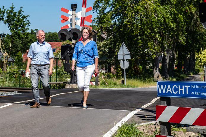 Wiert Brons en Marion Nederbragt lopen de spoorwegovergang van de Dernhorstlaan in Twello over. Nederbragt: ,,Door het sluiten van de spoorwegovergang voelen wij ons straks afgesloten van het dorp.''