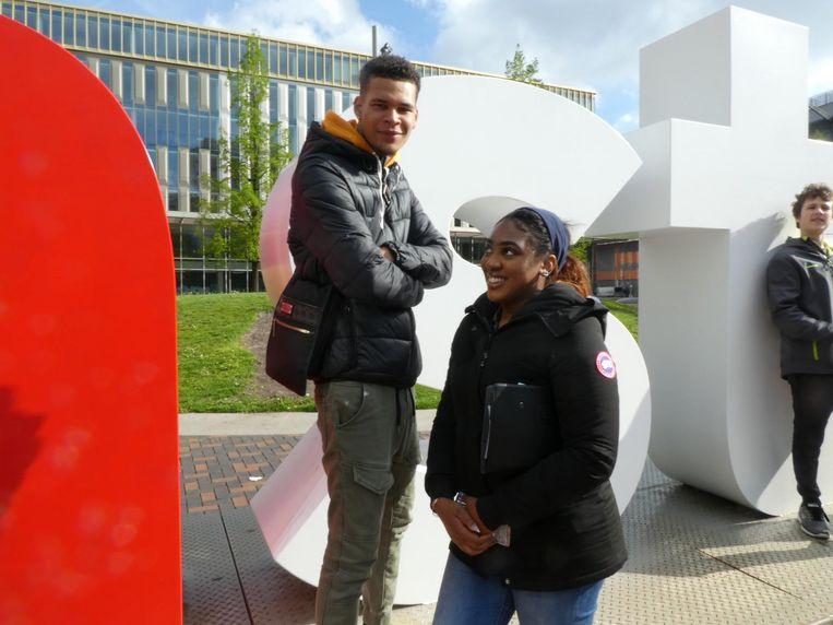 Salesman Tyrone Momoh: 'Ik ga famous worden!' Met student Chayenne Bruinhart Beeld Schuim