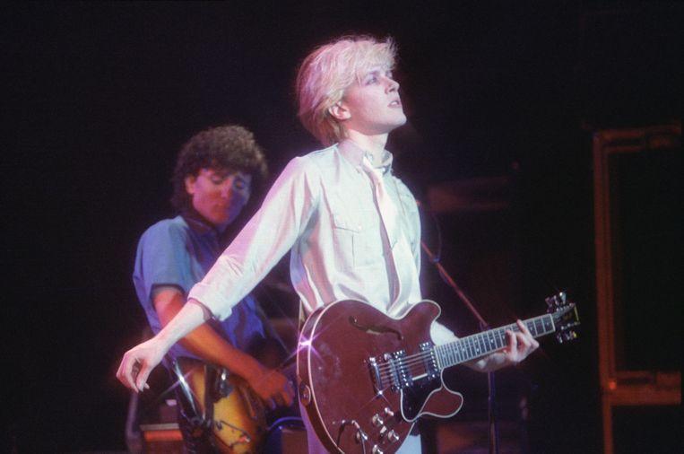 Rob Dean (op de achtergrond) en David Sylvian van de groep Japan tijdens een optreden in Londen in 1981. Later ging Sylvian solo. Beeld Redferns