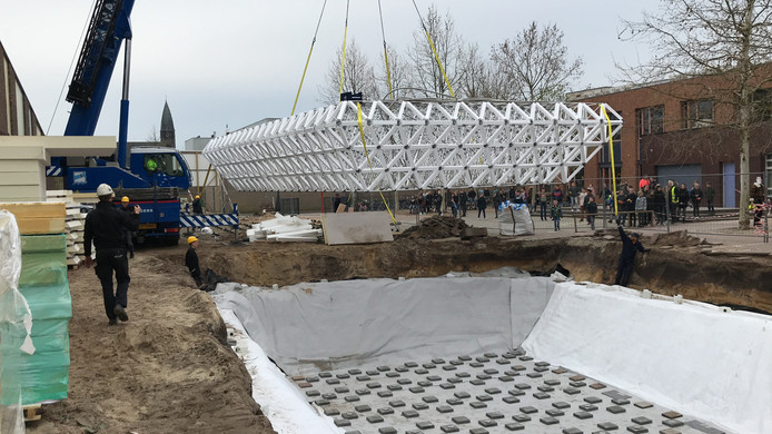 De klimaatbuffer hangt in de takels bij het Kindpark in aanbouw