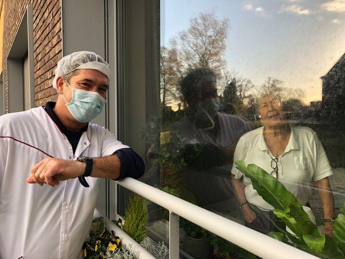 Vrijwilliger Wim Pauwels en zijn mama, die bewoonster is in WZC Damiaan.