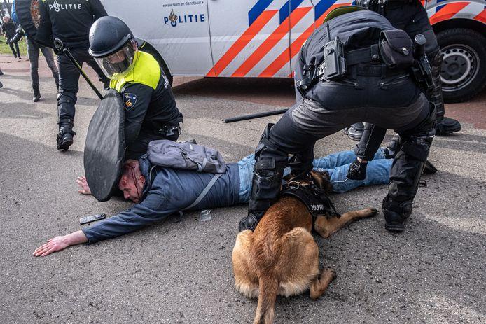 Tim met de hond in zijn been tijdens zijn arrestatie.