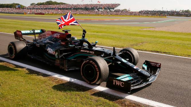 Hamilton na botsing met Verstappen én straf toch wéér de winnaar op Silverstone