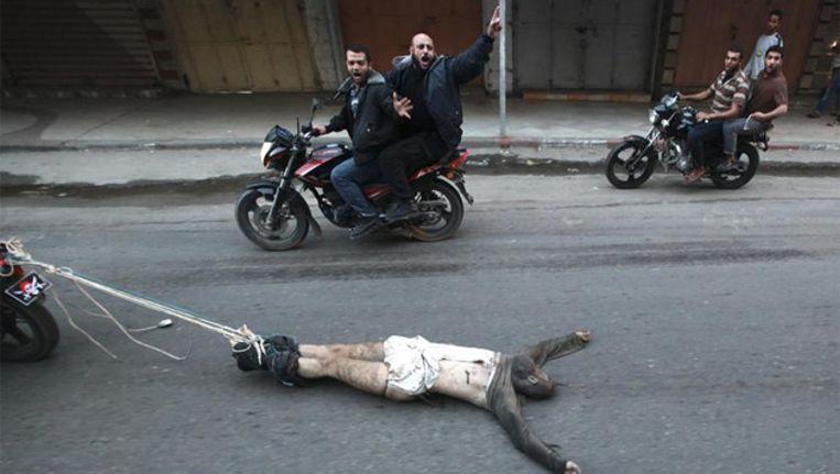 Ribhi Badawi, vermoord en door de straten van GAza-stad gesleept Beeld Reuters