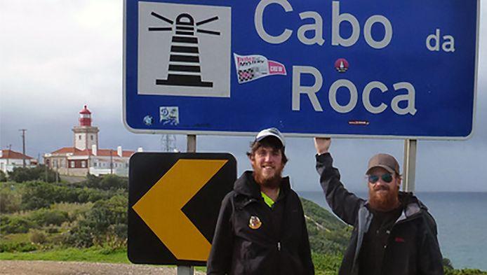 Freek (l) en Tim Haverman bereikten na 3212 kilometer wandelen hun eindbestemming in Portugal.
