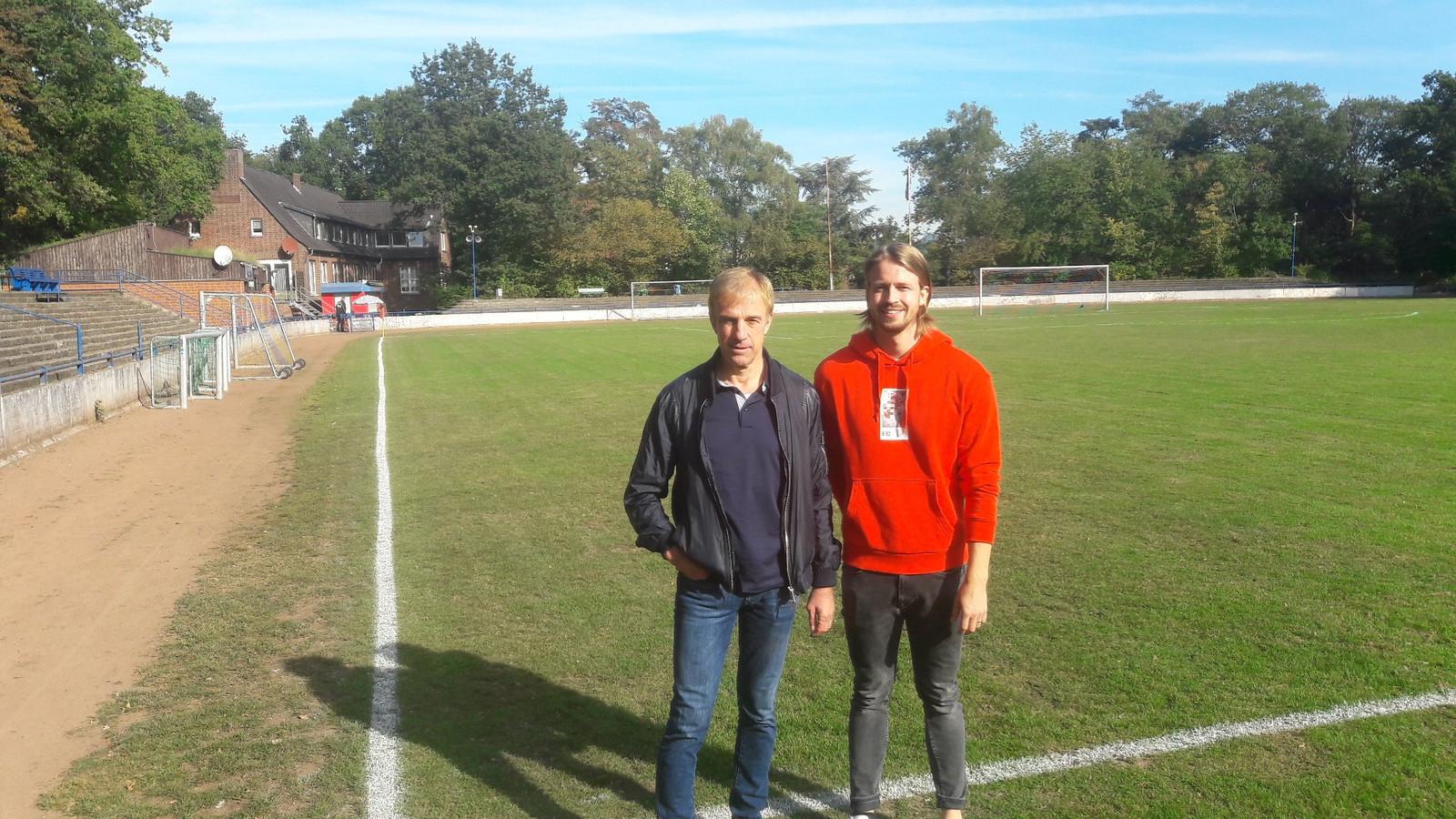Achim en Andre Apitzsch op het complex waar Kostas Mitroglou als voetballer opgroeide