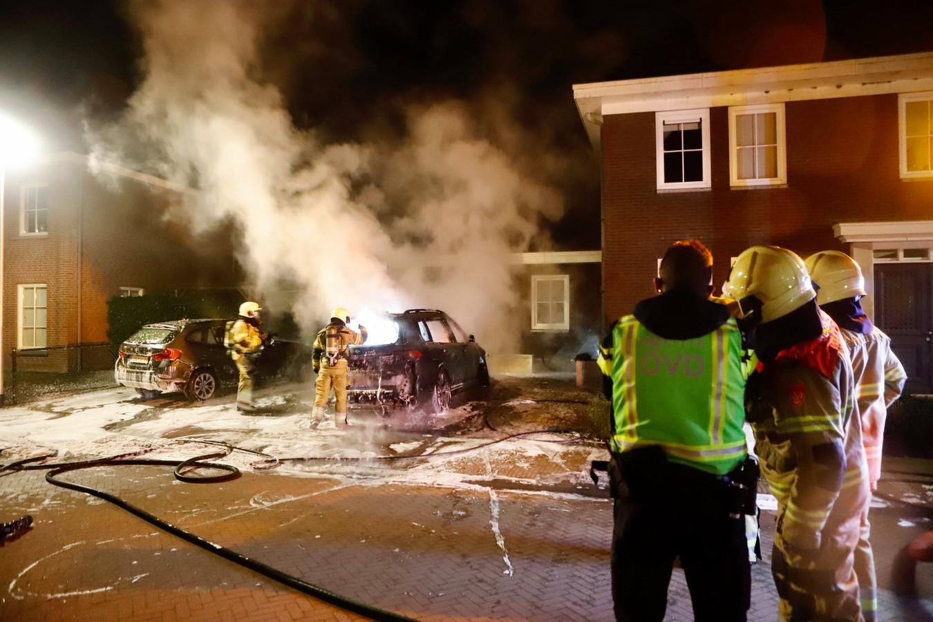 De brandweer in actie bij de autobrand in Cuijk.