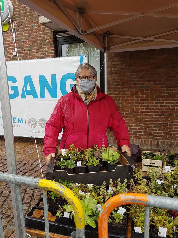 Schepen Celesta Muylle (WIT) bij het afhaalpunt voor bijvriendelijke plantenpakketten in Eernegem.