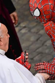 LIVE   Amsterdam staat WK-schermen op terrassen toe, Coronaheld Spider-Man ontmoet paus