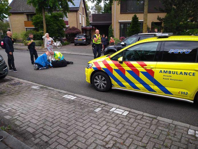 De fietsster kwam in botsing met een autodeur. Na het ongeval kwam een traumahelikopter ter plaatse om haar zo snel mogelijk te kunnen helpen.