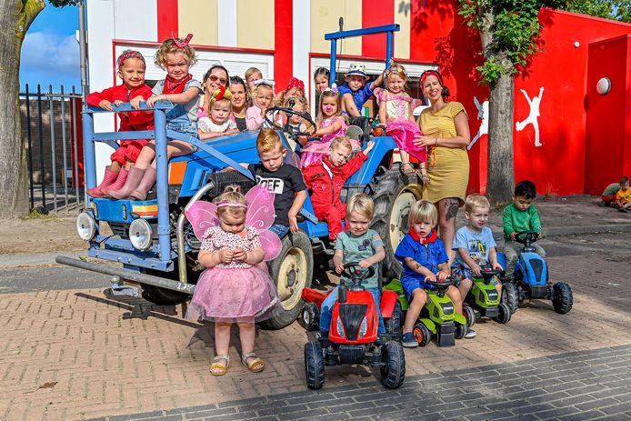 Het boerderijfeest op peuteropvang Pippi in Steenbergen. De vader van Matthijs (2) kwam met zijn tractor op het schoolplein.