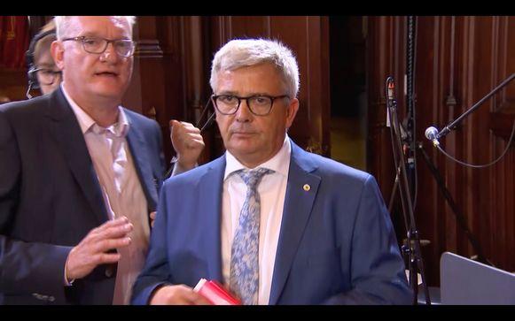 Kris Van Dijck verlaat het stadhuis.