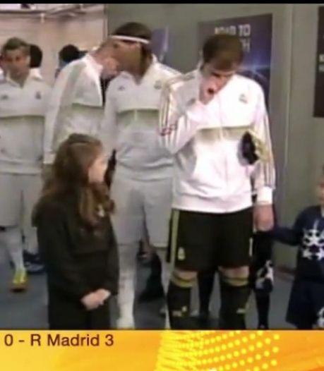 Casillas essuie ses crottes de nez sur un enfant
