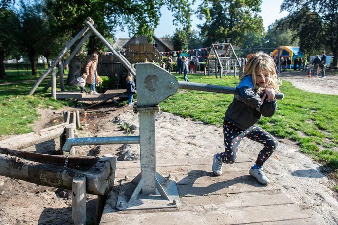 Na een jaar kan eindelijk feest gevierd worden ter ere van de nieuwe natuurspeeltuin bij De Pekhoeve.