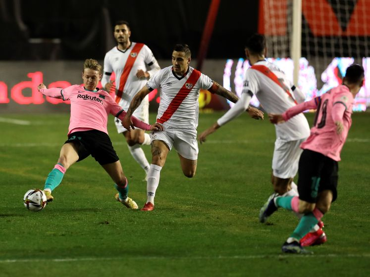 Frenkie de Jong schiet FC Barcelona voorbij Rayo Vallecano