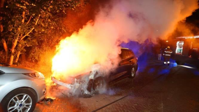 Twee auto's gaan verloren bij brand in Vught