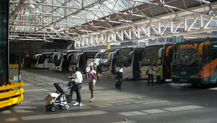 De busterminal van Victoria Station.