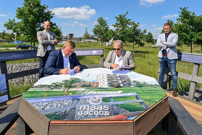 Wethouder Patrick van der Velden (l) en directeur Kris Maas van Maas-Jacobs Vastgoed BV tekenen de overeenkomst van nieuwbouwproject Dalwachters.