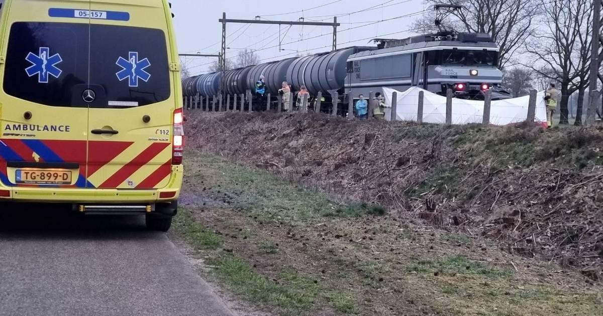 Dodelijk ongeval bij spoorwegovergang in Zenderen, treinverkeer richting Deventer en Zwolle ligt plat.