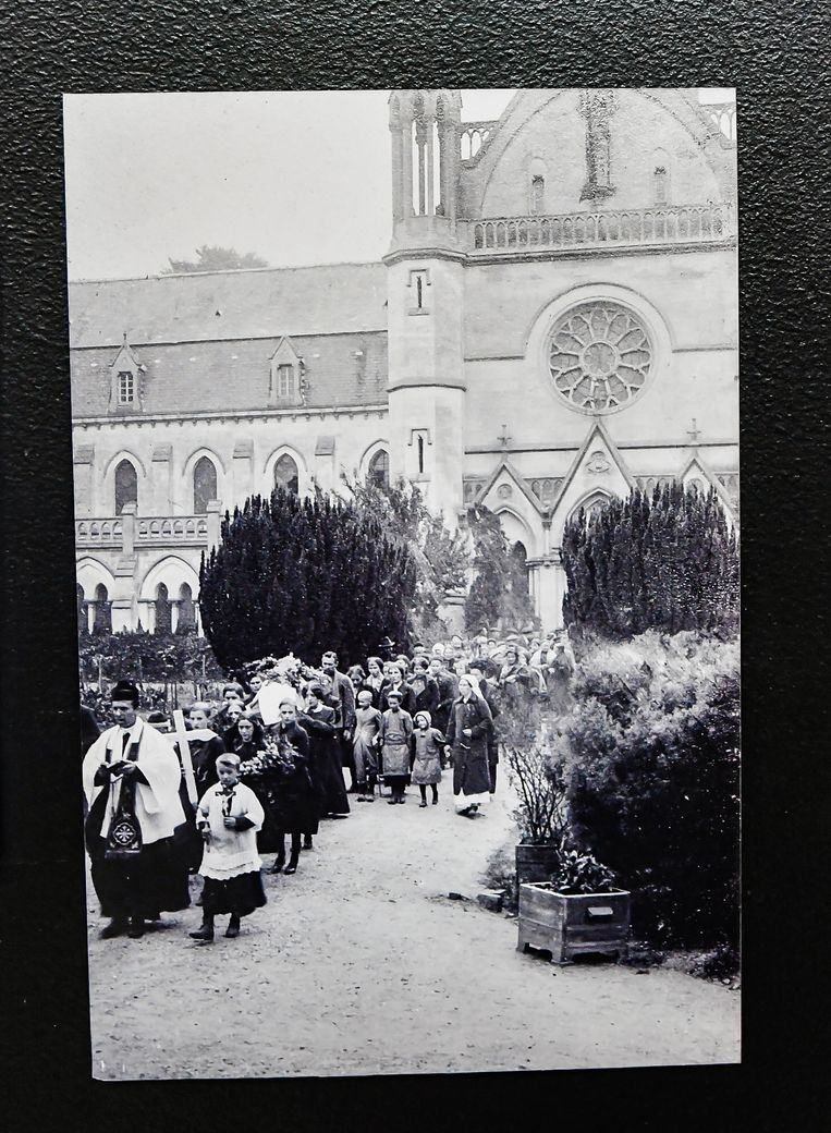 Beeld van de begrafenisstoet van Yvonne Mesdom uit Ieper in 1915. Beeld Joel Hoylaerts / Photo News