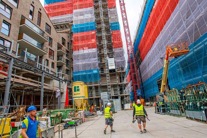 Vroeger het onwelriekende 'Hema-pleintje', straks een groen parkje met winkels. Dit is het nieuwe Hendrikhof.