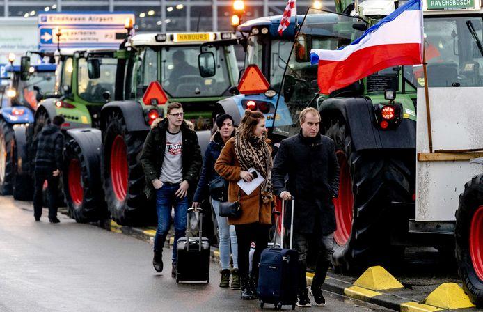 Passagiers van en naar Eindhoven Airport ondervinden grote hinder van boeren die met tractoren richting de luchthaven zijn opgestoomd. Eerder waren de boeren in Den Bosch om te protesteren bij het provinciehuis tegen het huidige stikstofbeleid. ANP SANDER KONING