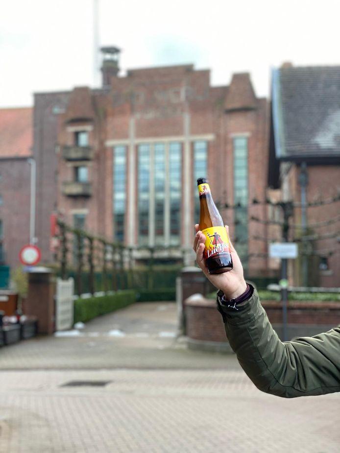 Tom en Tim met het Lucifer-bier bij ontmoetingscentrum en vroegere brouwerij Vondel in Meulebeke.