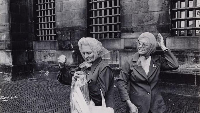 Twee vrouwen op de Dam voor het Koninklijk Paleis, 1971-1972.