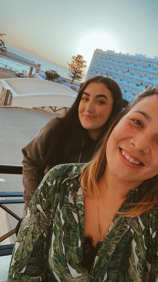 Amy (r.) met haar zusje Sophie op Rhodos.