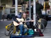 Tientallen Hagenaars nemen afscheid van straatmuzikant Chuck