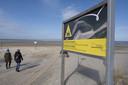 Bij duinovergangen staan grote borden met waarschuwingen om niet de zandplaat op te gaan.