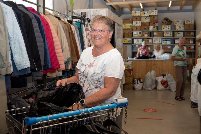 Tiny Stoel geniet van haar vrijwilligerswerk bij de Dorcaswinkel in Zierikzee.