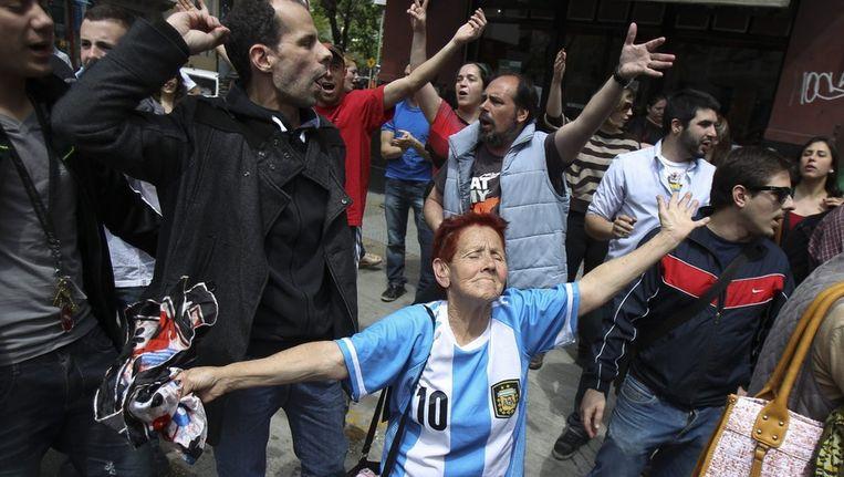 Aanhangers van Kirchner vieren dat de president weer naar huis mag. Beeld epa