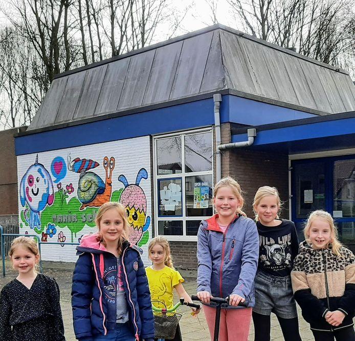 Megan Leensers (tweede van links) en haar vriendinnen hebben het naar hun zin op de Mariaschool in Langeweg.