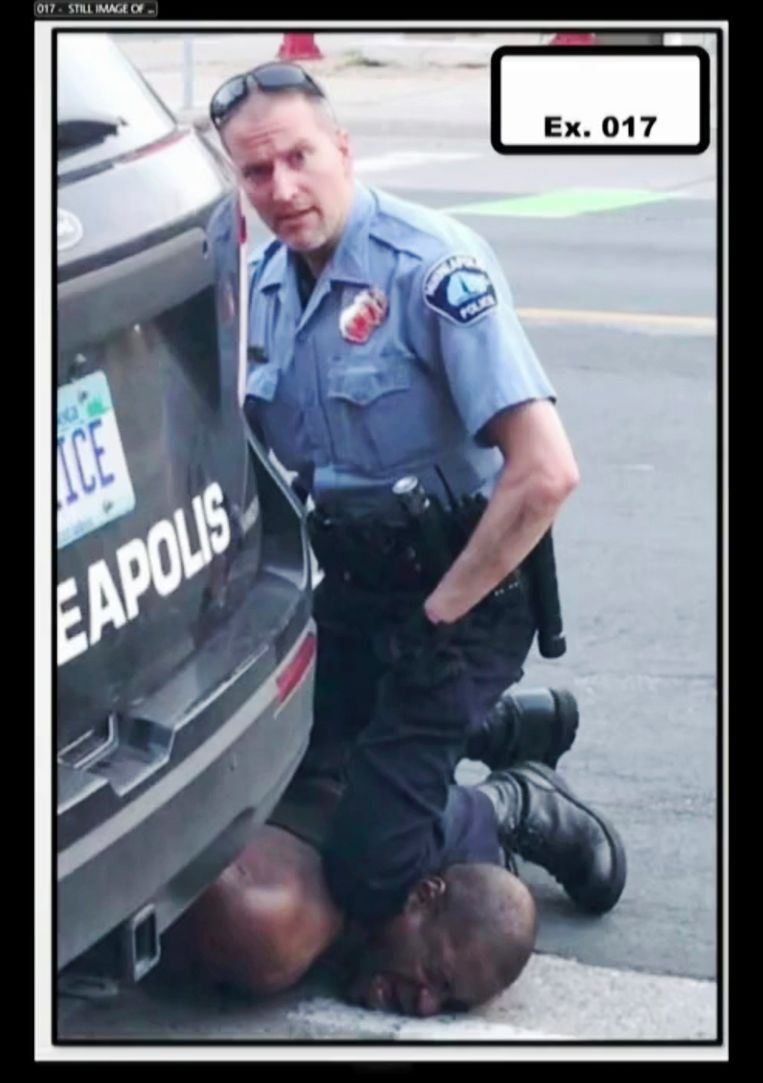 Agent Derek Chauvin met zijn knie in de nek van George Floyd. Beeld AP