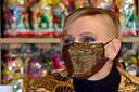 """La princesse Charlene de Monaco est apparue avec un """"half hawk"""" à la traditionnelle distribution de cadeaux sur le Rocher."""