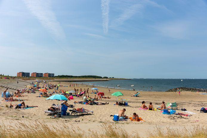 Rond hetzelfde tijdstip ligt het strand van Wemeldinge al aardig vol.