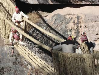 Peruvianen herstellen 500-jarige Incabrug door ze met de hand te weven