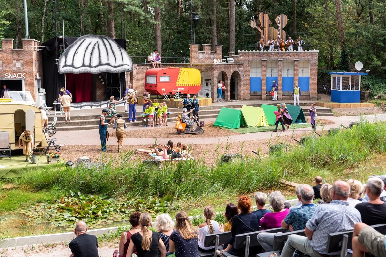 De zomerse voorstelling 'Gelukkig maar dan anders'  op camping De Mossel.