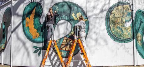 Een enorme schildering van een draak, mét tatoeages, slingert zich nu om de Grote Kerk in Zwolle