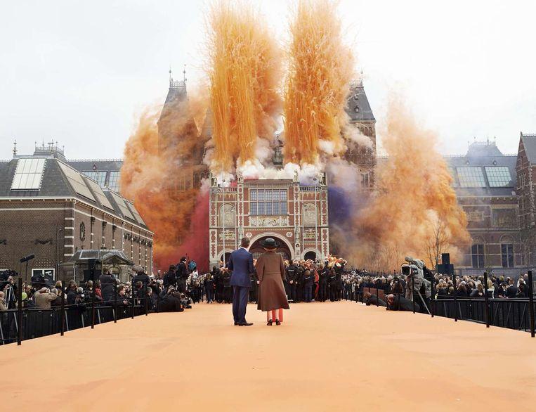 Koningin Beatrix en directeur Pijbes aanschouwen het vuurwerk bij de opening van het verbouwde Rijksmuseum in 2013. Beeld REUTERS