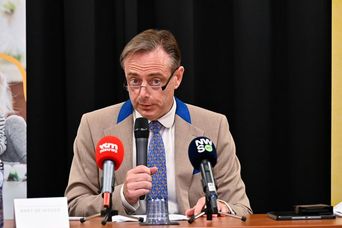 """Burgemeester Bart De Wever stelde gisteren in het Crowne Plazahotel op het Antwerpse Kiel een tienpuntenplan voor om de drugscriminaliteit aan te pakken. """"Wat in Nederland vandaag gebeurt, zal morgen hier gebeuren."""""""