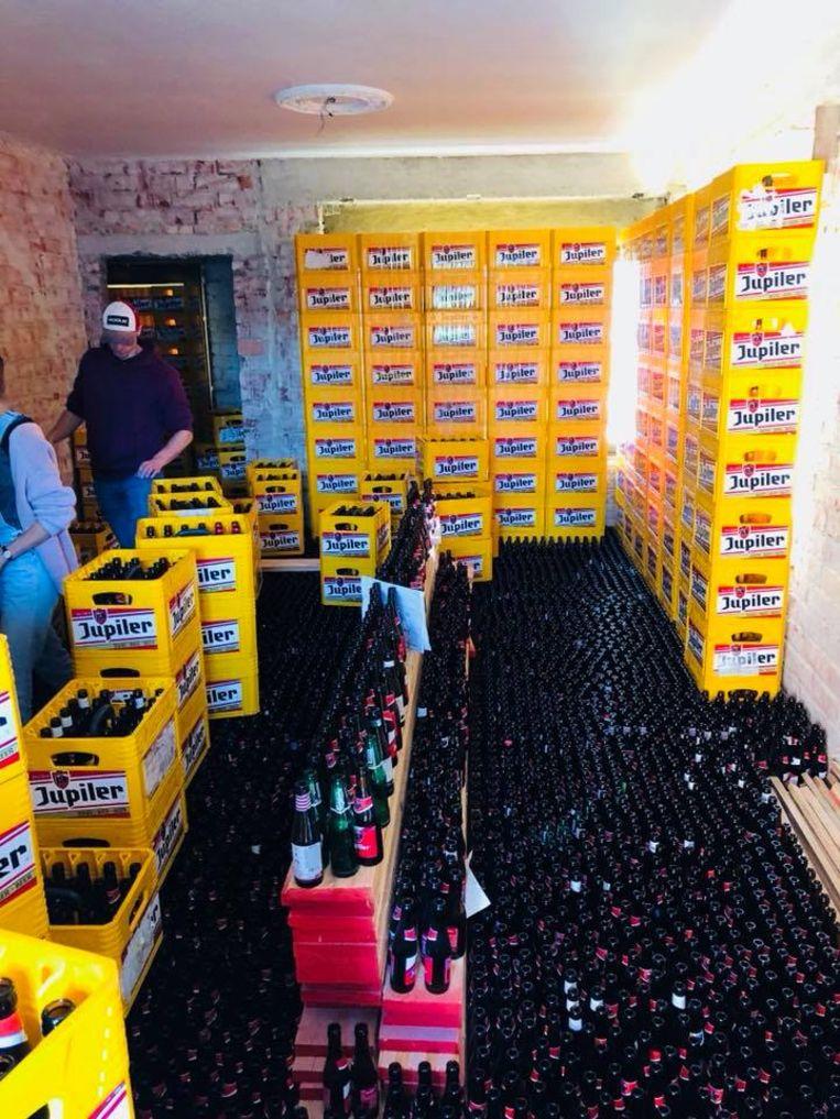 Binnen werden alle lege bierflesjes op de grond gezet. Met de bakken werden deuren en ramen geblokkeerd.