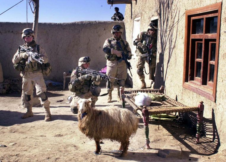 Amerikaanse soldaten van de 82ste Luchtlandingsdivisie in 2003 in Afghanistan vlak voor een huiszoeking in de stad Khost. Beeld AP