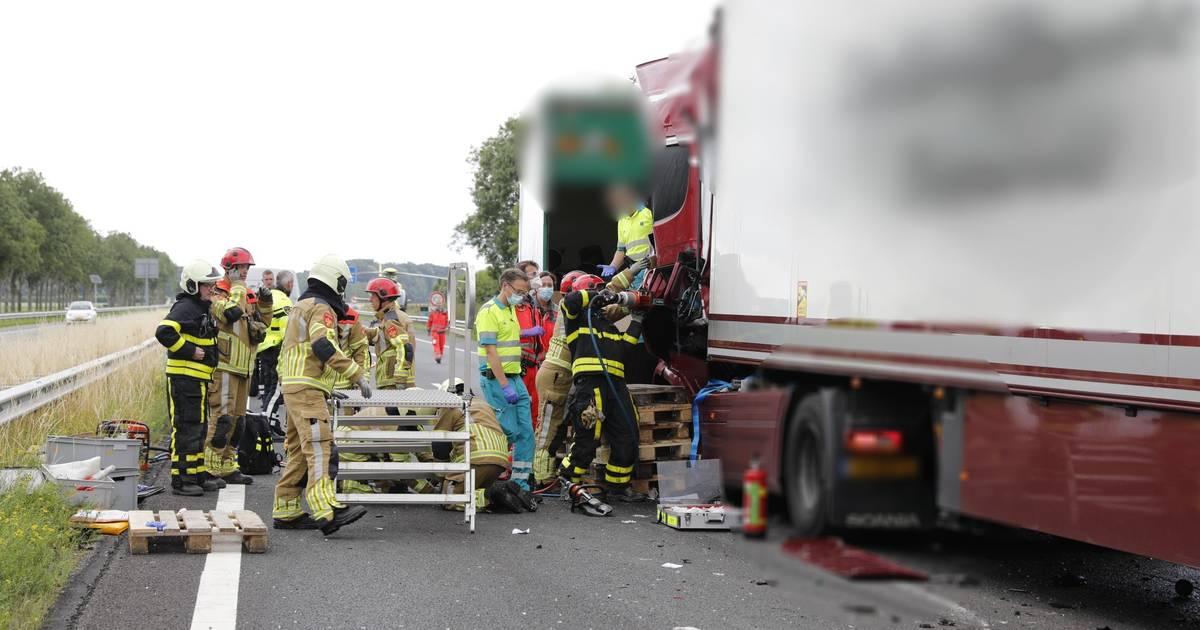 Vrachtwagenchauffeur bekneld bij ongeluk op A17: snelweg mogelijk nog uren dicht.