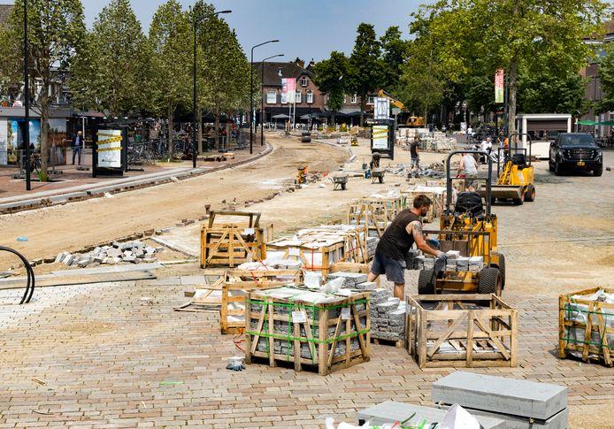 De werkzaamheden op de Markt in Valkenswaard moeten deze maand afgerond zijn.