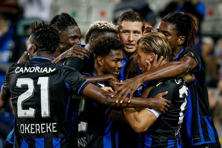 Club Brugge-goudhaantje Hans Vanaken (midden) en zijn ploegmaats vieren in de wedstrijd tegen Waasland-Beveren. Beeld BELGA