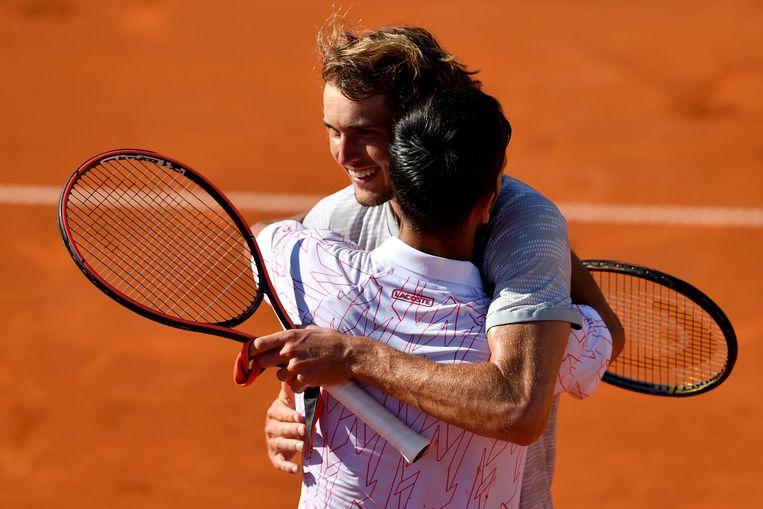 Zverev met innige knuffel voor Djokovic tijdens de Adria Tour in Belgrado. Beeld AFP